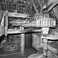 Interieur van watergedreven molen met onderslagrad, spoorwiel, tussenloper en steenschijf - Haaksbergen - 20283570 - RCE.jpg