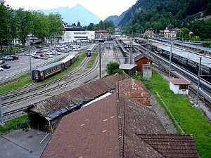 Interlaken Ost railway station - The station seen from the east. The BOB line curves in from the left, serving the leftmost platforms. The Brünig line arrives from the right and serves the central platforms. The Thunersee line arrives from the far end of the station, and serves the rightmost platforms.
