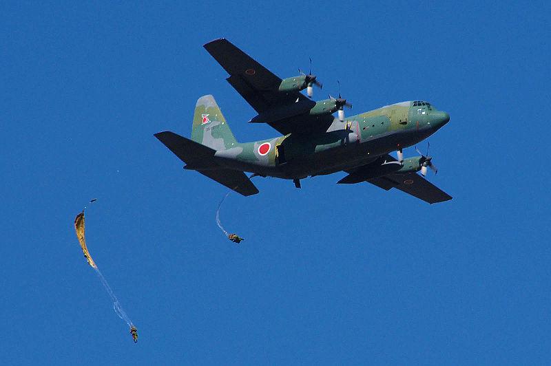 Archivo:JGSDF 1st Airborne Brigade C-130&Paratroopers dropping 20090111(Narashino).jpg
