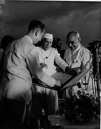 Nobusuke Kishi - Indian Prime Minister Jawaharlal Nehru presenting Welcome Address to Kishi, New Delhi, 24 May 1957