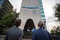 Jeroen Dijsselbloem (minister van Financiën) en Maurice Oostendorp (ceo van de Volksbank) bekijken het nieuwe logo.jpg