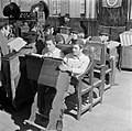 Jeruzalem. Studerende leerlingen van een Jeshiwa (een Talmoed hogeschool) in hun, Bestanddeelnr 255-0391.jpg