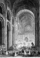 Een verheven interieur van de Normandische kathedraal staat vol met mensen die het gebouw als een marktplein behandelen.