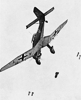 Un Ju 87B allemand larguant ses bombes. Cet exemplaire, codé TD+AY était affecté à une unité d'entraînement, le Sturzkampffliegerschule 1.