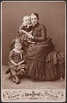 Kabinettsporträtt av kvinna (Henrietta Maria Carlson f. Tempelman) med två barn (Arne och Sigrid) - Nordiska Museet - NMA.0059293.jpg