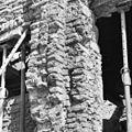 Kapel van het voormalige Agnietenklooster te Zutphen, fragment van de zuidgevel met restant van een venstertje, in verval - Zutphen - 20227023 - RCE.jpg