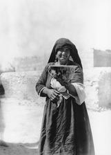 Kvinna med antikvitet. Karpassos - SMVK - C01051.tif