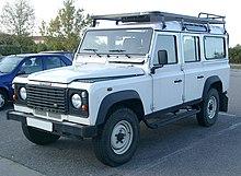 Un Land Rover Defender 110 (con la scritta Defender sulla mascherina)