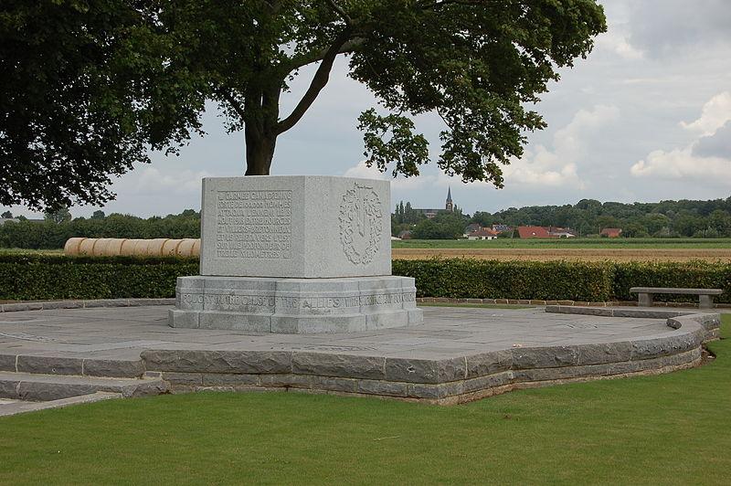 CIMETIERE CANADIEN : le mémorial canadien 800px-Le_quesnel_canadian_memorial