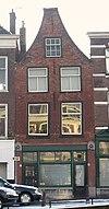 foto van Pand met tuitgevel, moderne winkelpui