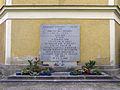 Linz-Kleinmünchen - Kath Pfarrkirche hl. Josef und hl. Quirinus - Kriegerdenkmal.jpg