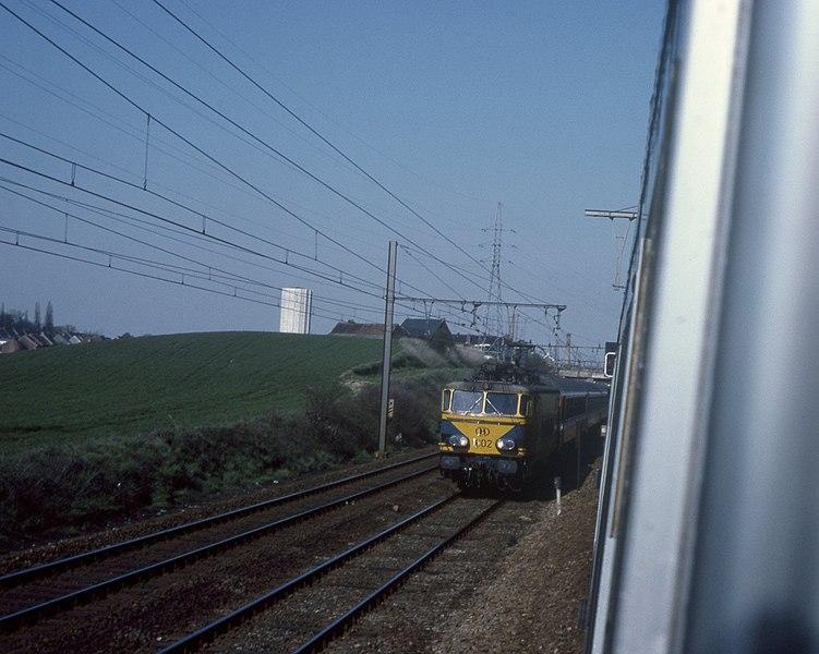 Een internationale trein naar Parijs gezien vanaf een rijdende trein. Vermoedelijk net voor ´s Gravenbrakel waar de spoorlijn uit Bergen en La Louvière samen komen