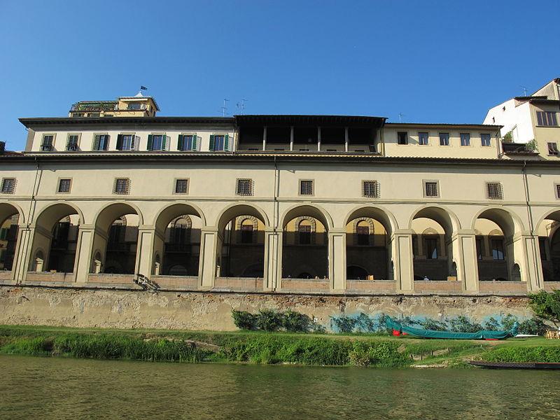 File:Lungarno degli archibugieri (corridoio vasariano) visto dal fiume 03.JPG