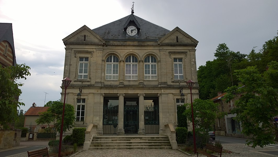 The photo is of the Mairie in Vienne-le-Château