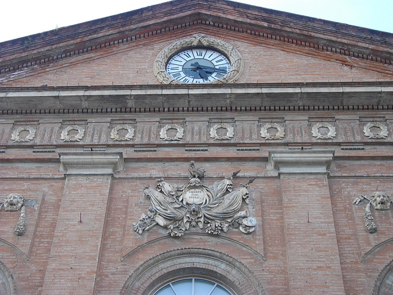 Fronton sur la façade de la mairie.
