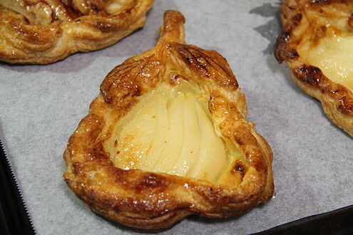 Pear-shaped pear pie with puff pastry