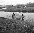 Man en kind aan het vissen in de Van Drimmelenpolder in Nickerie, Bestanddeelnr 252-5534.jpg