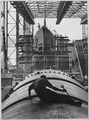 Man working on hull of U.S. submarine at Electric Boat Company, Groton, Connecticut - NARA - 520851.tif