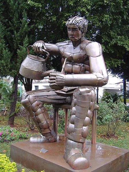 Estatua de un hombre preparando mate