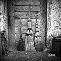 Metle (dve iz sirkovine, ena iz brezovega vejevja), izdelal Miha Dragan, Vratno 4 1952.jpg