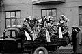 Miina Sillanpään hautajaiset, hautasaatto Lapinlahdenkatu 11-n kohdalla, hautaseppeleitä kuljettava auto - N158408 - hkm.HKMS000005-km0000lrr2.jpg