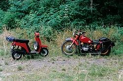 Skuter (z lewej) i motocykl
