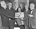 Mr. Kortenhorst, voorzitter van de Tweede Kamer, collecteert voor Amerikaanse Kl, Bestanddeelnr 904-9690.jpg