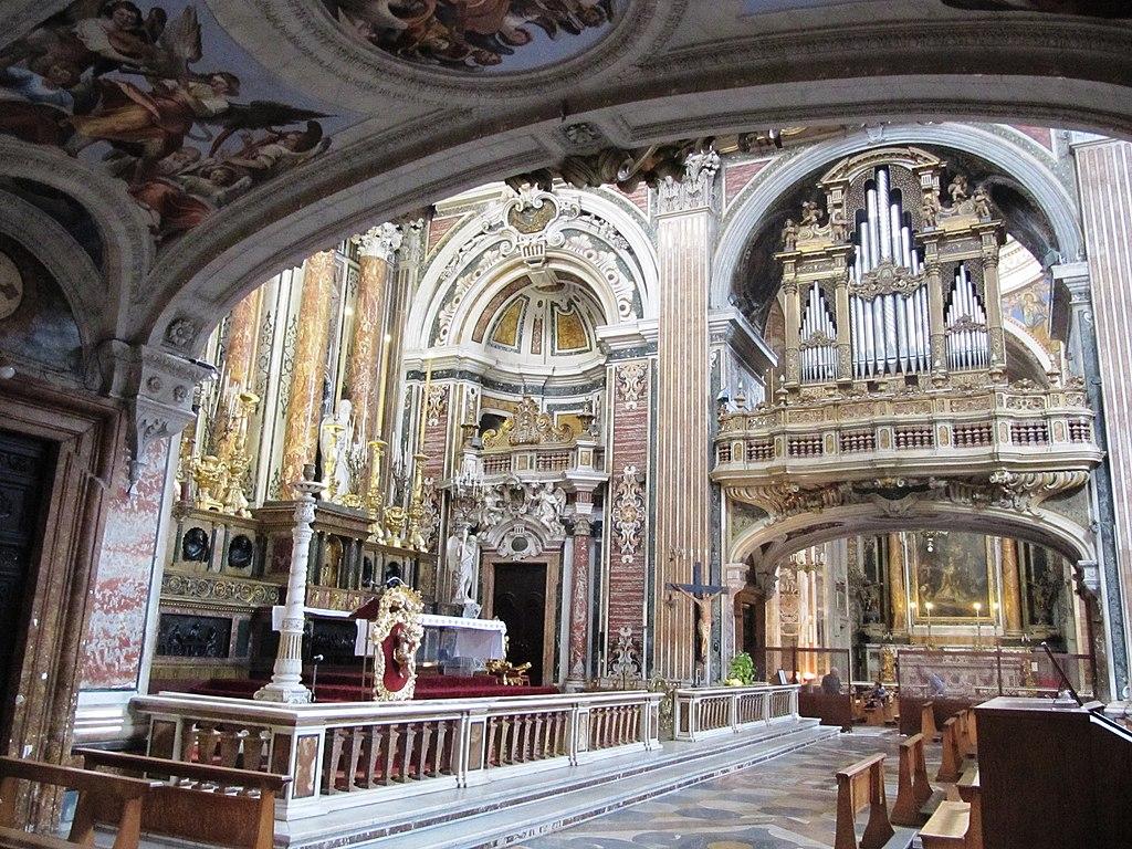 Maître autel et orgue de l'église baroque Gesu Nuovo à Naples. Photo de Palickap