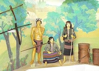 Bru people - Image: Người Bru Vân Kiều tại nhà bảo tàng Khe Sanh 1