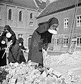 Nonnen werken met houwelen, Bestanddeelnr 191-1161.jpg