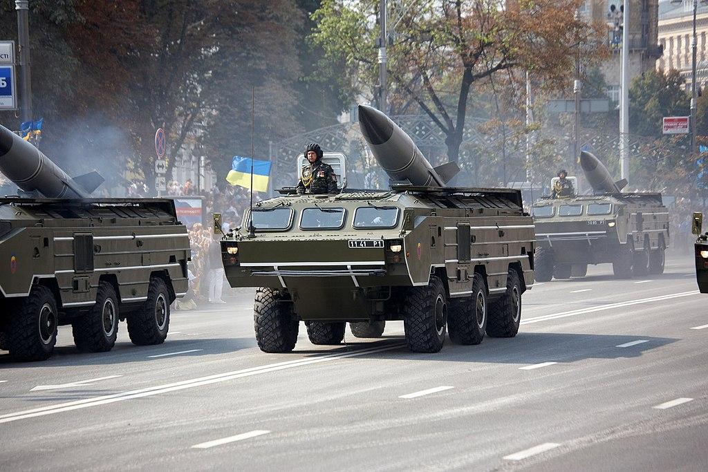 صاروخ Tochka البالستي قصير المدى  1024px-OTR-21_Tochka_during_a_parade_in_Kiev