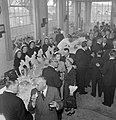 Overzicht van de zaal tijdens receptie, links zes serveersters op een rij, Bestanddeelnr 255-8477.jpg