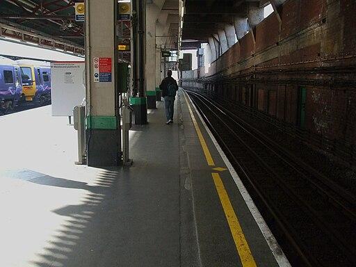Paddington tube stn Hammersmith & City eastbound look west