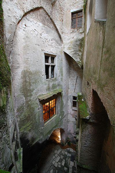 File:Pernstejn castle.JPG