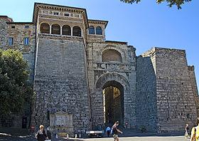L'Arco visto da piazza Braccio Fortebraccio (o Grimana)