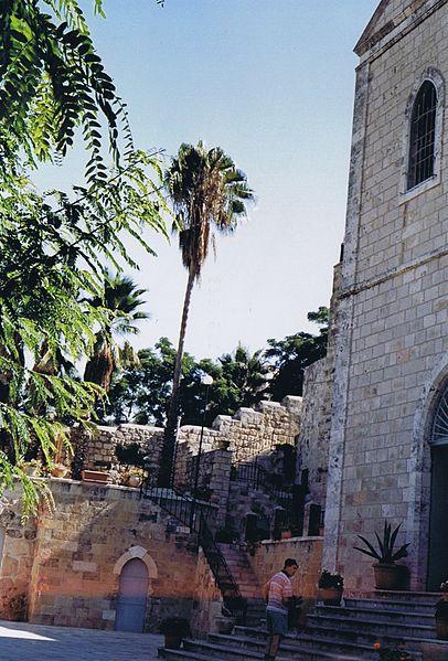 חצר בשכונת עין כרם בירושלים