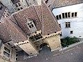 Plongée sur la porte du château de Neuchâtel.jpg