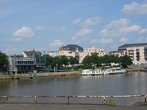 Le port du Mans vu de la rive gauche de la Sarthe.