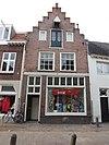 foto van Huis met trapgevel met hijsbalk. plm 1610. Vroeger pakhuis, thans woning en winkel