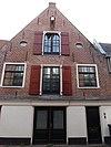 foto van Pakhuis met topgevel en ovale vensters. Hijsbalk