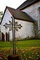 Raudrist Järva-Peetri kiriku kõrval.jpg