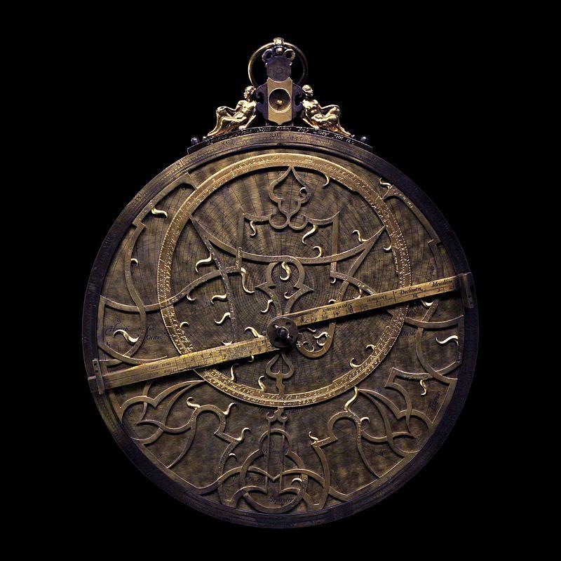 Astrolabe en laiton du XVIesiècle (musée des arts et métiers, Paris).  (définition réelle 3283×3283)