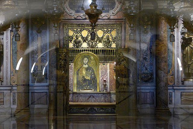 «Исповедальня» апостола Петра (под полом место предполагаемого захоронения апостола)