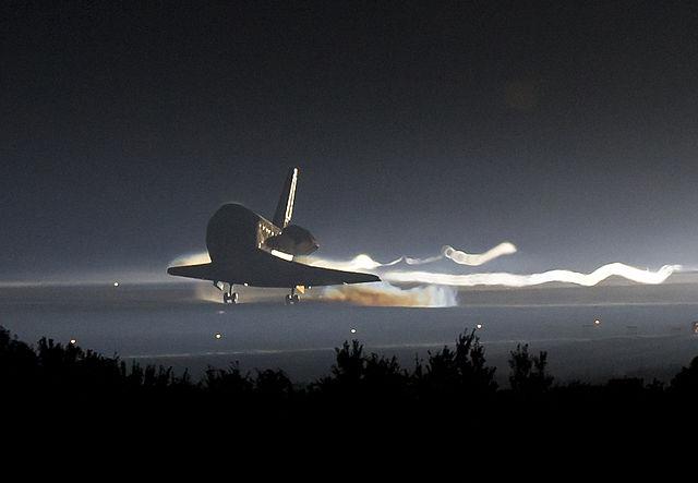 Rymdfärjan Atlantis landar för allra sista gången.