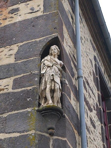 Statue de saint Jean-Baptiste sur une maison de maître.