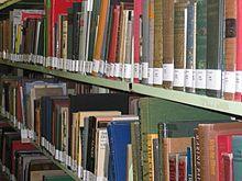 Scaffale colmo di libri in una biblioteca