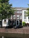 foto van Herenhuis met eenvoudige, bakstenen lijstgevel ter breedte van vier vensterassen