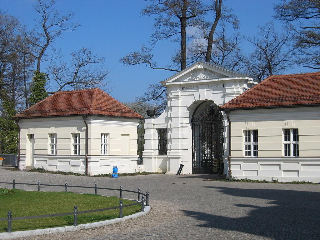 Schloss Köpenick Torhäuser.jpg