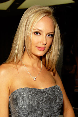 English: Shera Bechard attending Glamourcon #5...