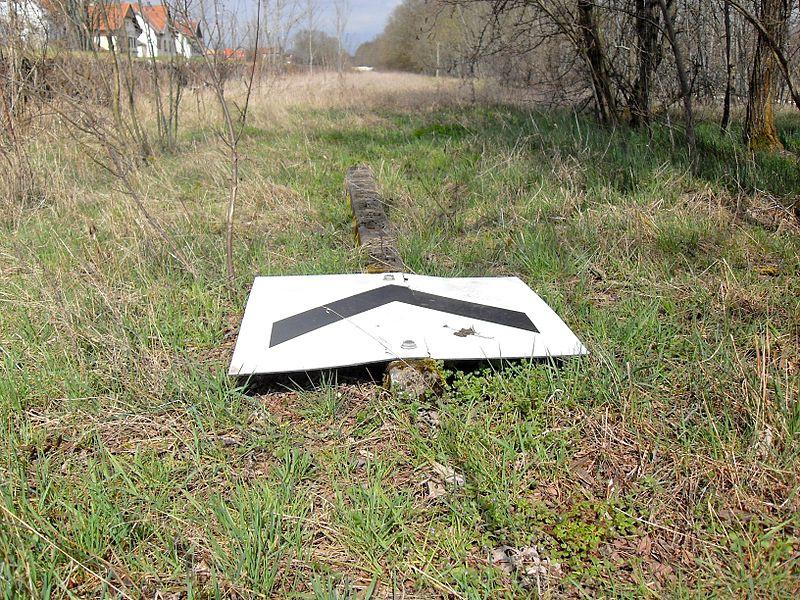 Vaucouleurs, ancienne ligne Neufchâteau - Pagny-sur-Meuse, Chevron pointe bas noir sur fond blanc: Dans la signalisation SNCF, cette pancarte indique que le train aborde un aiguillage ou une série d'aiguilles par la pointe. Elle marque le début d'une limitation de vitesse. (le panneau est vu ici à l'envers, c'est pourquoi il semble avoir la pointe en haut)